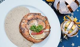 Kapří rolované bifteky se slaninou a houbovou omáčkou