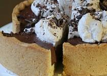 Křehký koláč s čokoládovou náplní a šlehačkou
