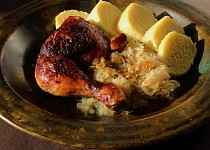 Kuře pečené k zelí a knedlíkům