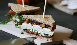 Kuřecí sendvič s karamelizovanou cibulí a pečenou dýní