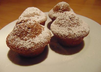 Hotové muffiny posypané moučkovým cukrem