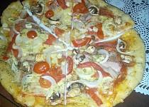 Žampionová pizza se sýrem a šunkou
