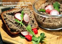 Pomazánka z černých fazolí, karamelizované cibule a fenyklu