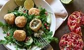 Rybí kuličky s rukolovým salátem s granátovým jablkem