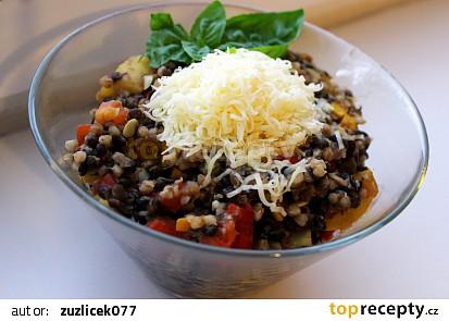Teplý salát z černé čočky, pohankových krup a zeleniny