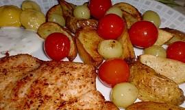 Bramborové měsíčky pečené s rajčátky a hrozny