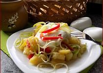 Bramborový salát s pórkem, tofu a kapií