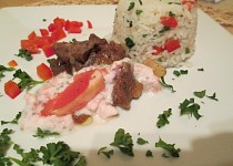 Hovězí nudličky na česneku s grepovým dipem a zeleninovou rýží