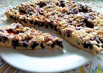 Křehký koláč s ovocem a mandlemi