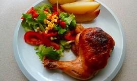 Kuřecí stehna s nádivkou a salátem