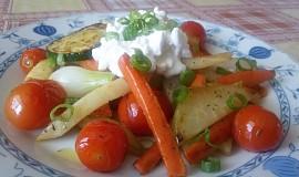 Teplý zeleninový salát se sýrem