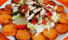 Zeleninový salát s kuřecím masem a sladkými bramborami (batáty)