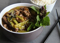 Hovězí nudličky s vodním (čínským) celerem a ústřicovou omáčkou