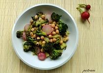 Cizrna s brokolicí a ředkvičkami v červeném kari