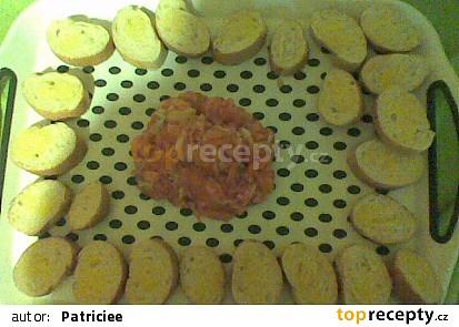 Domácí tatarák z lososa s česnekovými bagetkami