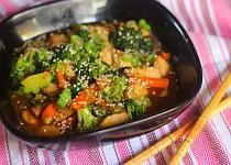 Kuřecí kousky s brokolicí a sezamem