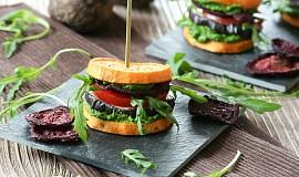 Batátové burgery se špenátovým pestem