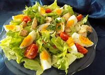 Listový salát s teplým kuřecím masem a vejci