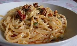 Špagety s Nivou a sušenými rajčaty