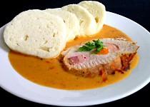Vepřové na paprice protkané anglickou slaninou a mrkví