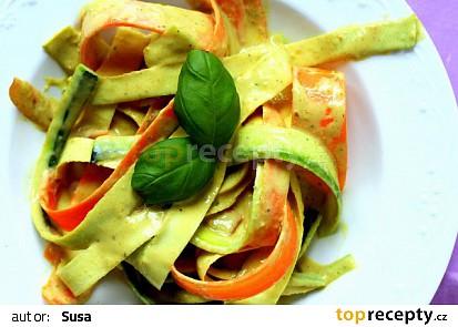 Zeleninové nudle s kokosovo-arašídovou omáčkou