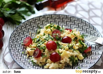 Zelný salát s jablky a hroznovým vínem