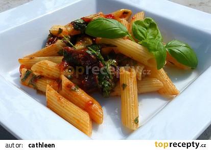 Penne s rajčaty, česnekem a rukolou