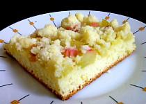 Kynutý koláč s rebarborou, jahodovou a jablečnou marmeládou, drobenka