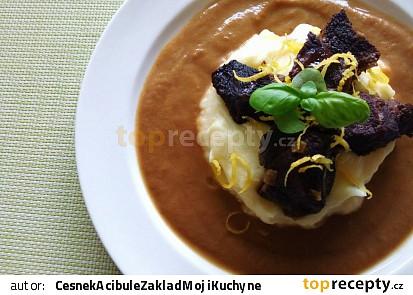 Hovězí líčka na černém pivě a zelenině s bramborovo-citronovou kaší