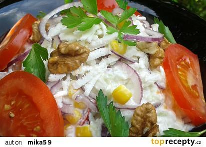 Kedlubnový salát se sýrem a ořechy