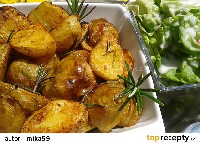 Pečené nové brambory s hlávkovým salátem a kefírem