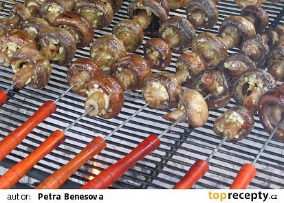 Příloha z grilovaných hub se slaninou a parmazánem