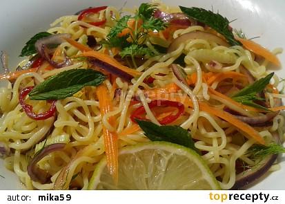 Salát z rýžových nudlí