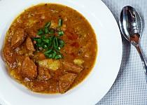Špekáčkový guláš s brambory a ostrou paprikou