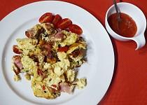 Vejce se šunkou, rajčaty, jalapeňo a ostrým dipem