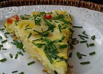 Cibulová omeleta se slaninou a sýrem
