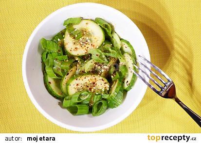 Korejský okurkový salát se sezamem