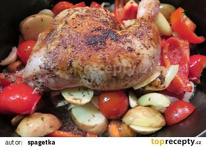 Pomalená čtvrtka kuřátka na zelenině
