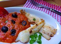 Rybí filety s pikantní tomatovou omáčkou s olivami a oreganem