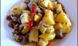 Zapečené hovězí nudličky se zeleninou a bramborami