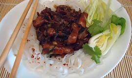 Asijské pikantní kuřecí nudličky.