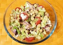 Kapustový salát se slaninou, nivou a cizrnou