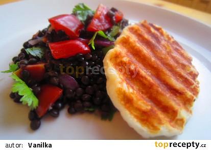 Salát z čočky beluga, rajčat a sýra halloumi