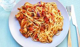 Špagety s rajčaty a kuřecím masem