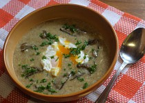 Chlebová polévka s houbami a ztraceným vejcem