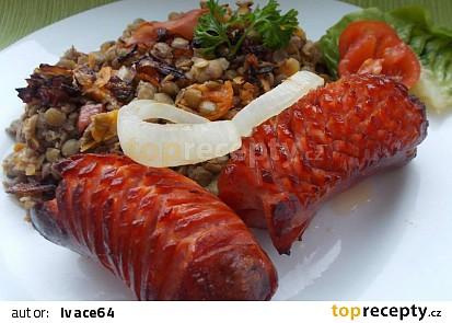 Čočka s mrkví, rajčátky a celerem, podáváná se špekáčky
