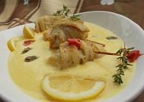 Rybí závitky s jemnou holandskou omáčkou s kapary