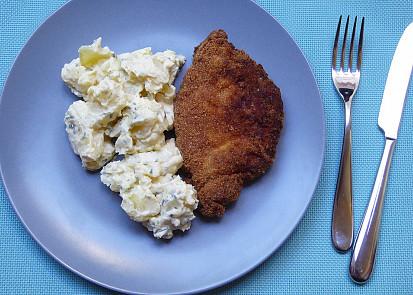 Bramborový salát s česnekovou majonézou a pažitkou