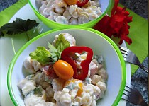 Bramborový salát s cizrnou, rajčaty a řapíkatým celerem
