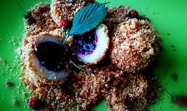 Chutné borůvkové kuličky s opraženou strouhankou, přelité máslem